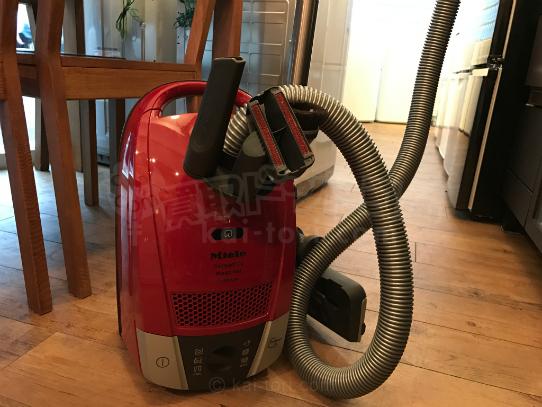 買取金額 6,000円 Miele/ミーレ キャニスター掃除機 CompactC2 マンゴーレッド SDBO0